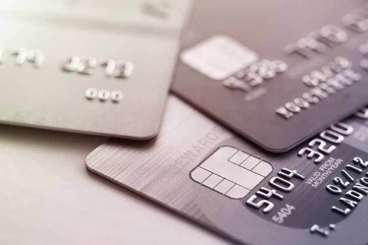 What's the difference between a credit and debit card?