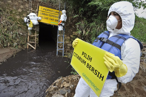 Limbah beracun di Sungai Citarum, berpotensi sebarkan penyakit berbahaya bagi anak-anak dan warga yang mengonsumsinya. Foto: Greenpeace