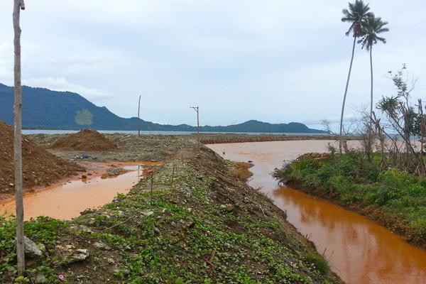 Dampak penggalian nikel di hutan dan tumpukan ore di jetty menyebabkan air sungai hingga mengalir ke laut berubah warga. Air tak lagi jernih tapi berwarna orange. Foto: Sapariah Saturi