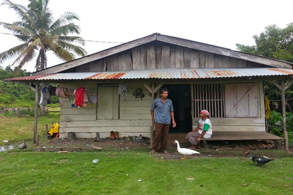Warga Desa Baho Makmur, menerima dampak banjir kala hujan dan debu serta kekeringan kala kemarau. Foto: Sapariah Saturi