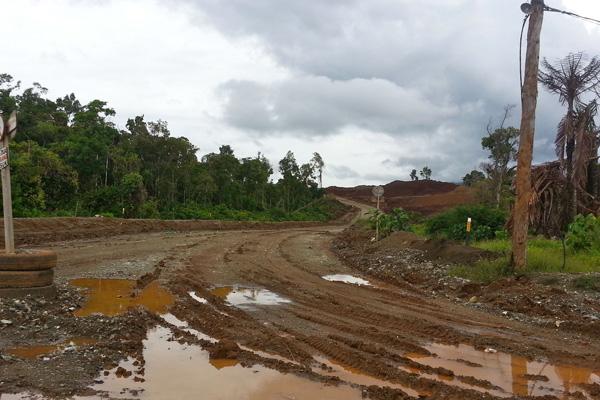 Jalan-jalan tambang menuju hutan yang terbabat di Kabupaten Morowali. Kini, ditinggalkan begitu saja. Foto: Sapariah Saturi