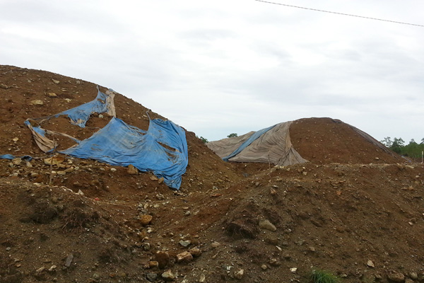 Tumpukan ore di tepian laut di jetty perusahaan, bukan pula menjadi pemandangan biasa terutama di sepanjang Kecamatan Bungku dan Bahodopi, Morowali. Foto: Sapariah Saturi