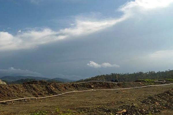 Jalan menuju blok pertambangan di kawasan hutan dan kantorBintang Delapan memotong jalan  umum di Desa Fatufia, Kecamatan Bahodopi. Untuk melewati jalan raya ini  harus berhati-hati karena lalu-lalang mobil truk perusahaan. Foto: Christopel Paino