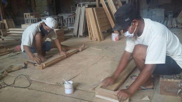 Pekerja di CV Max, UKM yang sudah memiliki sertifikasi SVLK. Mereka menerima kayu bersertifikasi juga dari hutan warga. Foto: Indra Nugraha