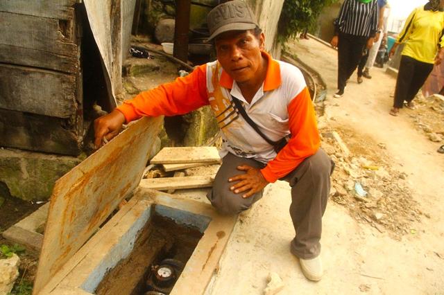 Tambupolon, Ketua KSM Gang Kerinci menujukkan master meter untuk 55 pelanggan. Foto: Tommy Apriando