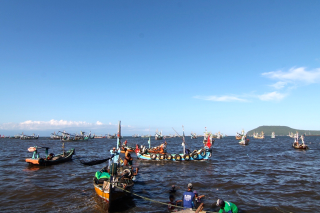 Kapal nelayan yang akan sandar di Pelabuhan Muncar, Banyuwangi. Kini, air di perairan ini mulai keruh. Foto: Zuhana A Zuhro