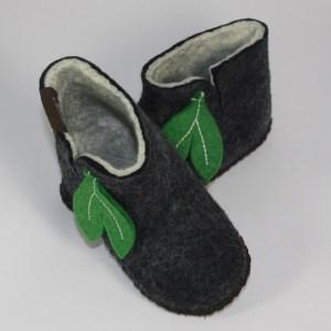 Warme Hausschuhe aus Filz mit Ledersohle für Babies und Kinder in der Farbe Schwarz - Baby Mongs Schwarz mit Blatt