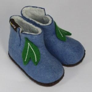 Warme Hausschuhe aus Filz mit Ledersohle für Babies und Kinder in der Farbe Hellblau - Baby Mongs Hellbau mit Blatt