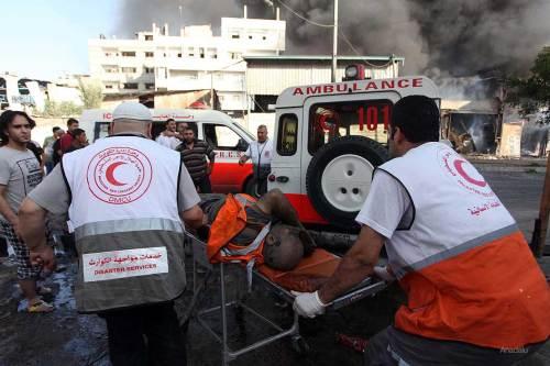 Heridos palestinos siendo transportados en ambulancia al Hospital de Al Sifa después del bombardeo del mercado de Shujaya, el 30 de Julio de 2014