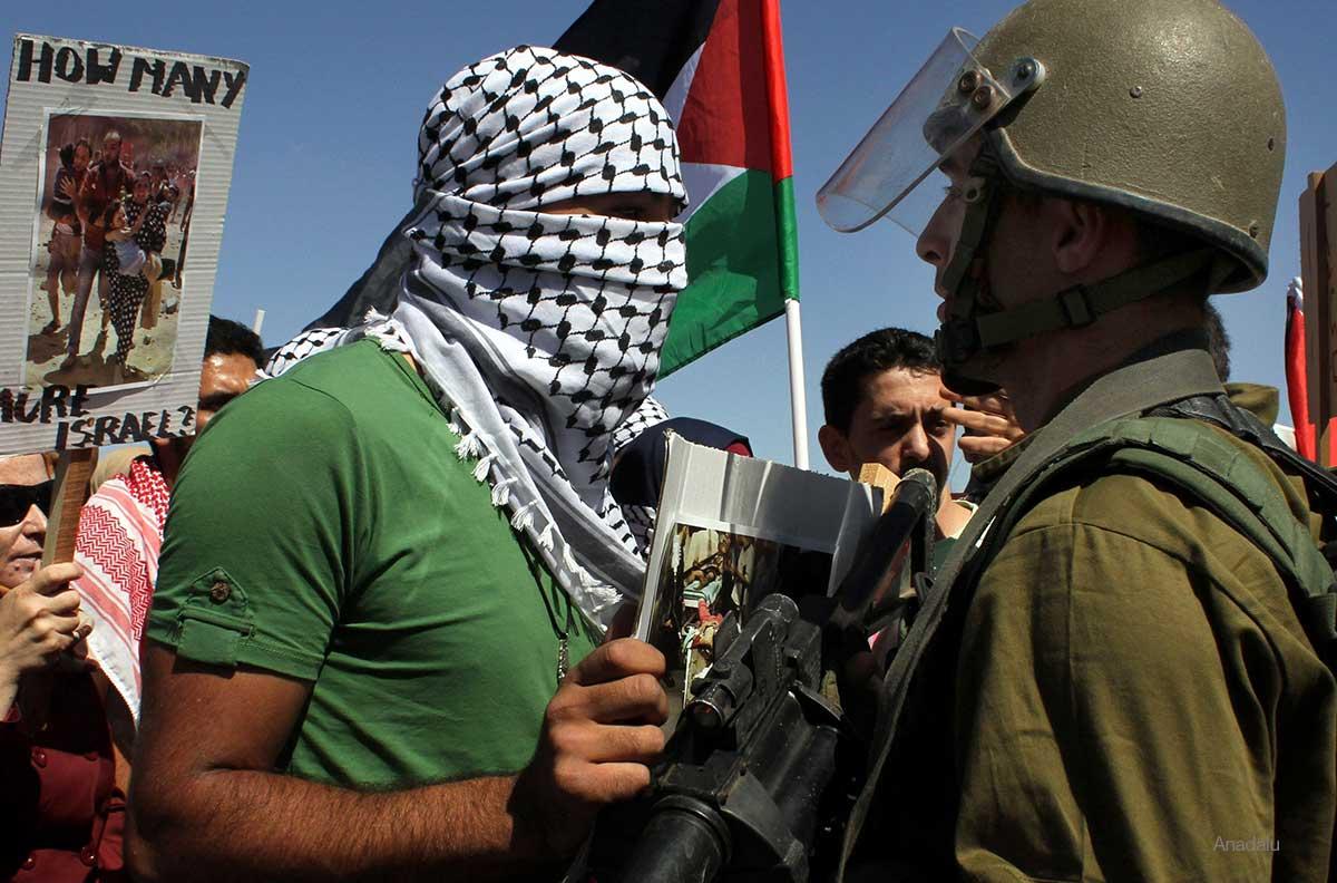Enfrentamiento entre las fuerzas de seguridad israelíes y palestinos que protestaban contra el bombardeo de Gaza en Cisjordania.