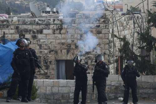 Soldados israelíes disparan gases lacrimógenos contra manifestantes palestinos en Jerusalén.
