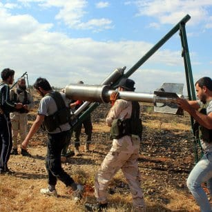 20160506_Syrian-Rebels-load-up-rocket-launchers-and-fire-against-regime-forces-in-aleppo-8