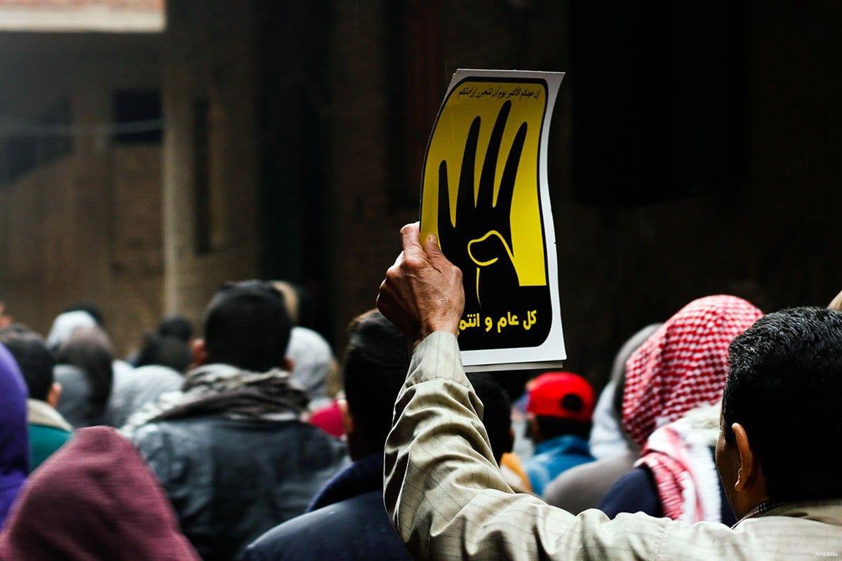 Manifestantes egipcios sostienen protestas con el icono de Rabaa, pro-Mursi, en Febrero de 2016.