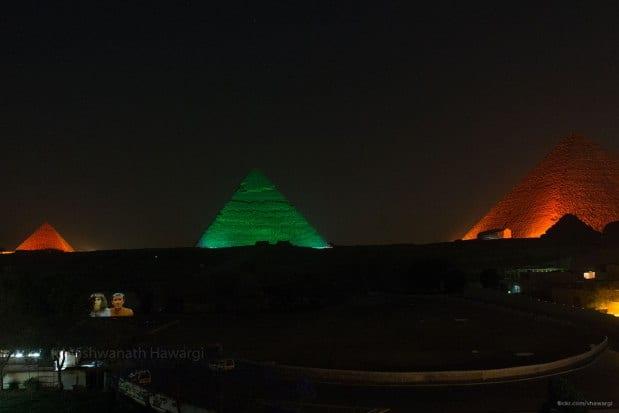 Giza, Egipto: Pirámides iluminadas