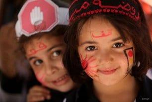 Gaza, Palestina: Niñas participando en un evento en aras de la seguridad vial en la Franja.