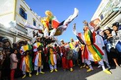 ESSAOUIRA, MARRUECOS. Saltando para celebrar el Festival Internacional de Música Gnawa en Essaouira.