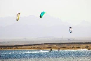 BAHÍA DE SOMA, EGIPTO: Todo está en el aire.