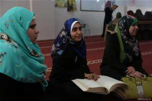 Gaza-blind-and-deaf-children-haste-to-learn-reading-Qur'an-in-RamadanL012