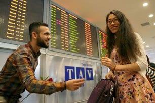 ESTAMBUL, TURQUÍA: Un grupo de estudiantes de la Universidad Sabahattin Zaim de Estambul reciben a los viajerso extranjeros con rosas para protestar por los atentados de la semana pasada en el aeropuerto internacional de Estambul
