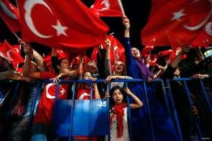 ESTAMBUL, TURQUÍA: Miles de ciudadanos salen a las calles a mostrar su apoyo al presidente Recep Tayyip Erdogan y contra el golpe militar del pasado 15 de Julio