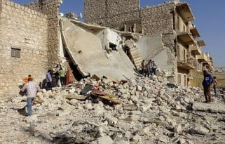 Ciudadanos sirios inspeccionan las ruinas y buscan supervivientes tras los bombardeos rusos en la ciudad de Alepo, el pasado 27 de Julio de 2016