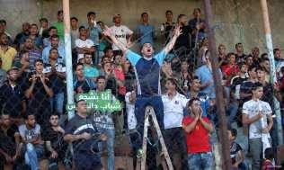 GAZA, PALESTINA: Espectadores asisten al choque entre el Al-Ahly de Hebrón y el Khan Younis Youth de Gaza, en la liga de la Copa Palestina