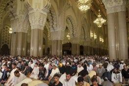 CASABLANCA, MARRUECOS: Devotos musulmanes forman filas en la mezquita de Hassan II de Casablanca durante este mes de Ramadán