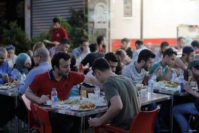 ESTAMBUL, TURQUÍA: Refugiados sirios rompen su ayuno en uno de los cientos de restaurantes abiertos por refugiados sirios en Turquía.