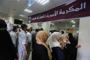 Qatari-grant-pays-Gaza-employees-their-salaries-at-Palestinian-post-03