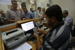 Qatari-grant-pays-Gaza-employees-their-salaries-at-Palestinian-post-08