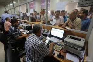 Qatari-grant-pays-Gaza-employees-their-salaries-at-Palestinian-post-11