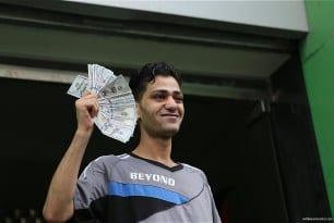 Qatari-grant-pays-Gaza-employees-their-salaries-at-Palestinian-post-15