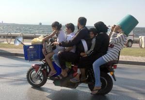 IZMIR, SIRIA: Porque viajar uno sólo en su moto es demasiado convencional.