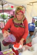 ANTALYA, TURQUÍA: Los turcos se refrescan elaborando 'Galarma' o 'Caramelo helado.'