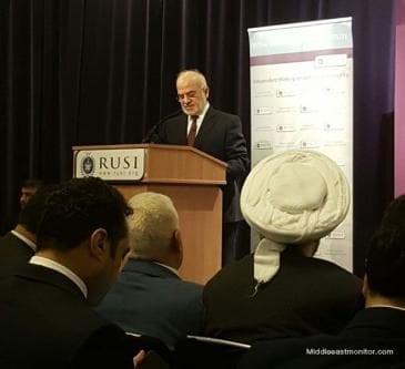 El ministro de Asuntos Exteriores de irak, Ibrahim al-Jafar, hablando ante la audiencia de RSUI