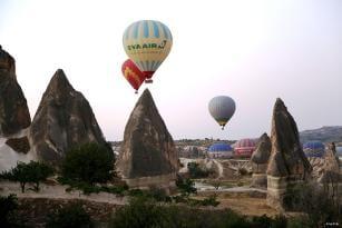 CAPADOCIA, TURQUÍA: Los globos sobrevuelan el horizonte en el primer día de las celebraciones de la Fiesta del Sacrificio.