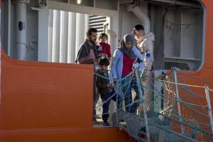 Salerno, Italia - el 5 de octubre: Los migrantes tras la llegada del buque patrulla fronterizo noruega Siem en el puerto de Salerno, el 5 de octubre de 2016. Los migrantes en el barco eran en su mayoría de Nigeria, Gambia, Eritrea, Pakistán y Guinea. (Alessio Paduano - Agencia Anadolu)