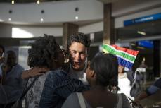 Varios manifestantes esperan a la activista sudafricana Leigh Ann Naidoo, que estaba a bordo del buque Zaytouna, con dirección a Gaza, en el aeropuerto internacional OR Tambo de Johannesburgo, Sudáfrica, el 7 de octubre de 2016. Trece mujeres activistas se dirigen de vuelta a casa después de haber sido deportadas por Israel tras su intento de romper el bloqueo de Gaza.