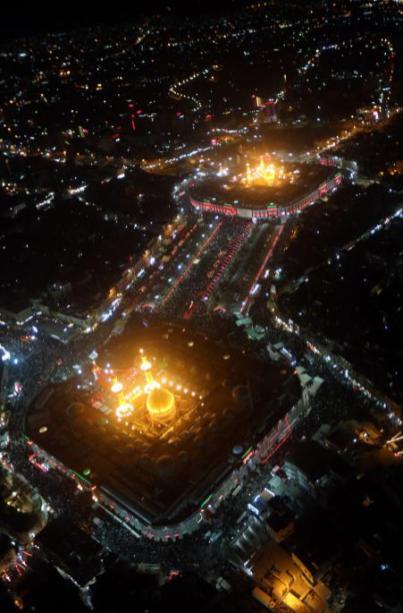 KARBALA, IRAK - 11 de octubre: Una vista aérea muestra el santuario del imán Hussein y santuario del Imán Abbas. Durante el período de luto de Muharram, que marca el día de Ashura en Karbala, Irak, el 11 de octubre de 2016. Ashura , el décimo día del mes de Muharram se conmemora el martirio del imán Hussein, nieto del profeta Muhammad, en la ciudad iraquí de Karbala en el siglo VII. (Mohammed Ali - Agencia Anadolu)