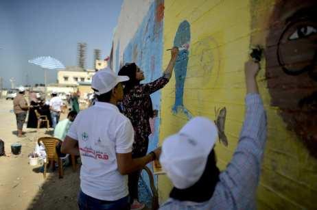 GAZA, PALESTINA: Estudiantes palestinos de Bellas Artes celebran el Día mundial de la Paz realizando murales en la ciudad de Gaza, el pasado 13 de Octubre. (Mustafa Hassona - Agencia Anadolu)