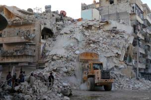 Siria, trabajo en equipo de defensa civil en el lugar de los edificios colapsados después que Warcrafts pertenecientes a potencias extranjeras llevaran a cabo un ataque aéreo sobre áreas residenciales en oposición controlada barrio Merce en Alepo, Siria el 17 de octubre de 2016.