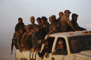 Mosul, IRAK - 18 de octubre: Las fuerzas del ejército iraquí de en el pueblo Hut . el humo se eleva desde los pozos de petróleo, fueron incendiados por Daesh terroristas para limitar la vista de las fuerzas de la coalición pilotos siguiente retoma del ejército iraquí de la ciudad de Al Qayyarah durante la operación para volver a tomar Mosul en Irak de Daesh, en Mosul, Irak, el 18 de octubre de 2016. Un anticipó gran Mosul ofensiva para liberar a la ciudad de Daesh comenzó la medianoche del domingo. (Feriq Ferec - Agencia Anadolu)