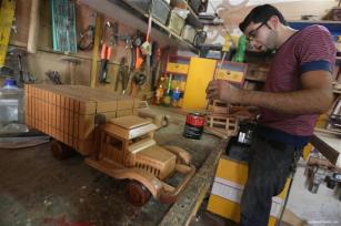 gazan-makes-creates-wooden-toys-for-living-14