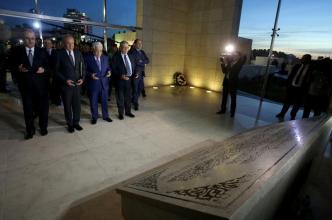 El presidente palestino Mahmoud Abbas (C) y el secretario general de la Liga Árabe, Ahmed Abul-Gheit (I 2), visitan el mausoleo de Yasser Arafat antes de asistir a la ceremonia inaugural del Museo Yasser Arafat en Ramallah, Cisjordania. 09 de noviembre de 2016. (Issam Rimawi - Agencia Anadolu)