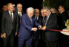 RAMALA -CISJORDANIA- 09 DE NOVIEMBRE: El presidente palestino Mahmoud Abbas, el ex secretario general de la Liga Árabe, Amr Moussa, el primer ministro palestino Rami Hamdallah y el secretario general de la Liga Árabe, Ahmed Abul-Gheit, asisten a la ceremonia inaugural del Museo Yasser Arafat en Ramallah, 09, 2016. Un museo dedicado a Yasser Arafat, incluyendo la sala donde el líder palestino pasó gran parte de sus últimos años, abrió sus puertas el miércoles antes del aniversario de su muerte. (Issam Rimawi - Agencia Anadolu)