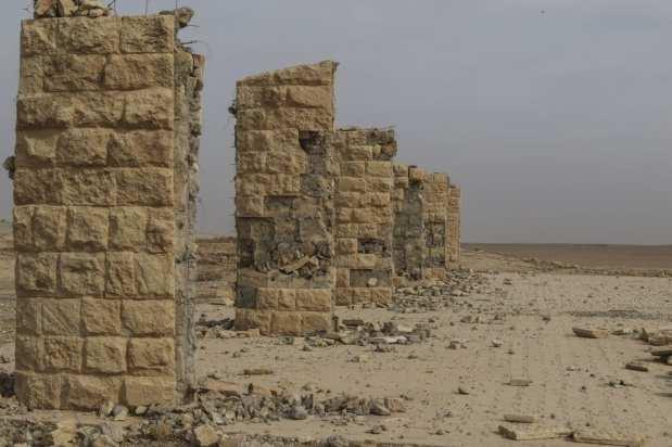 NEMRUD, IRAQ - 16 DE NOVIEMBRE: Los restos de los monumentos, destruidas por la organización terrorista Daesh, en Nimrud en el sureste de Mosul, que fue liberado por el ejército iraquí hace tres días, el 16 de noviembre de 2016. Se ha acusado a la organización terrorista Daesh de la destrucción de la antigua ciudad de Nimrud en Irak, sin dejar un solo monumento histórico. La antigua ciudad junto al río Tigris fue vista como completamente destruida. La antigua ciudad, que contenía las tumbas de muchos reyes asirios y figuras de leones alados, ahora está arruinada después de la ocupación de Daesh. Ya no es posible ver una sola estatua en la ciudad, cuya historia ha sido borrada. (İdris Okuducu - Agencia Anadolu)