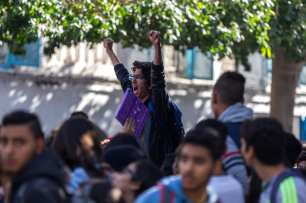 Los estudiantes tunecinos participan en una protesta contra el nuevo sistema de exámenes en la calle Habib Bourguiba en Túnez, Túnez el 21 de noviembre de 2016 [Amine Landoulsi / Agencia Anadolu]