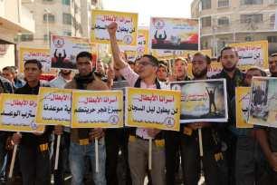 CIUDAD DE GAZA, GAZA - 22 DE NOVIEMBRE: Los palestinos participan en una protesta exigiendo la liberación de prisioneros palestinos detenidos por Israel frente al edificio del Alto Comisionado de las Naciones Unidas en la ciudad de Gaza, Gaza, el 22 de noviembre de 2016. (Agencia Ashraf Amra - Anadolu)