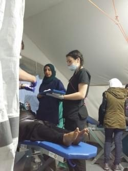 Dra. Ola tratando aun paciente en Grecia
