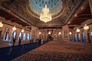 sultan_qaboos_grand_mosque_oman_main_hall-e1478600958322